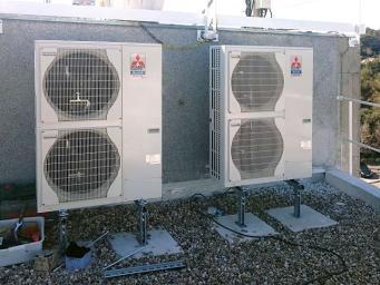Climatiseurs en cours d'installation sur toit terrase